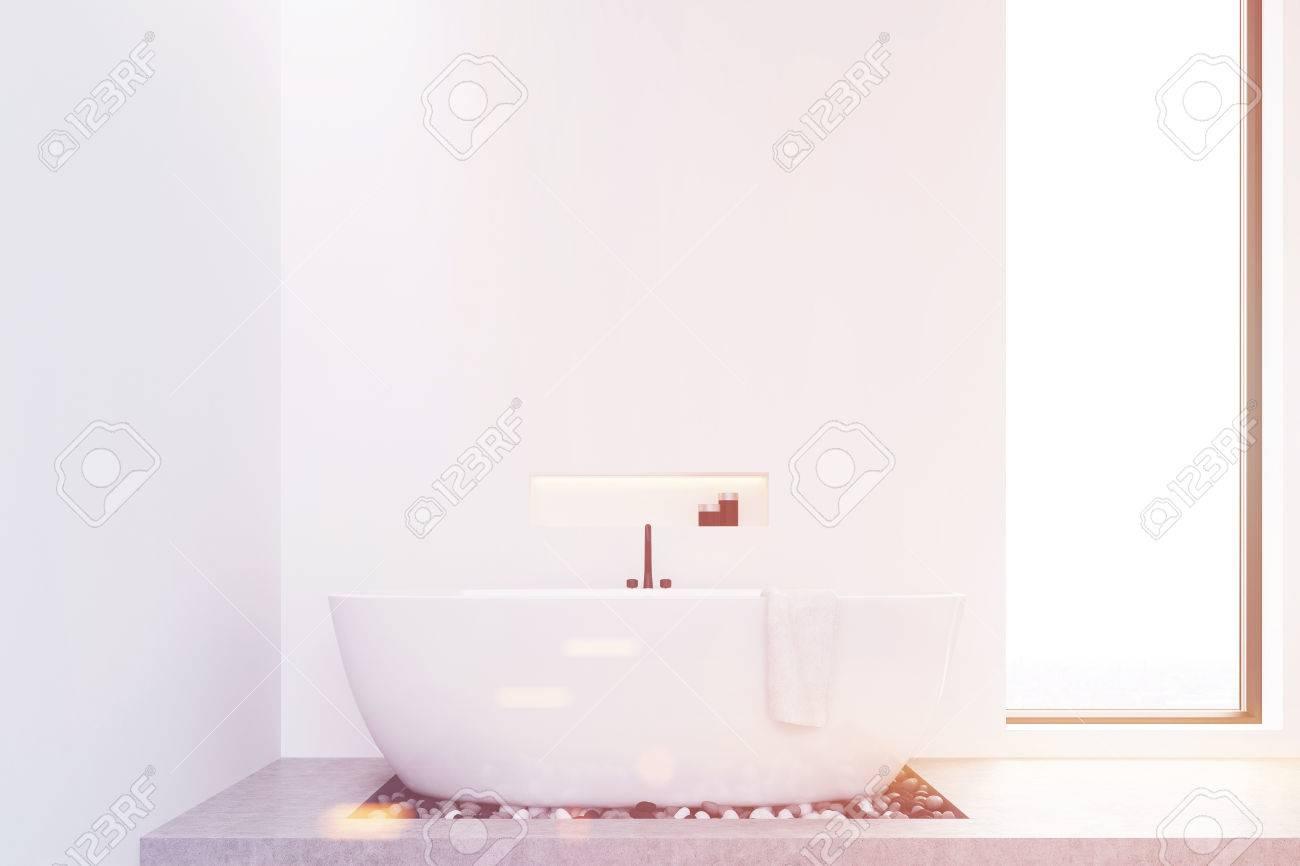 Vasca Da Bagno Stretta : Vista frontale di un bagno con pareti bianche pavimento in
