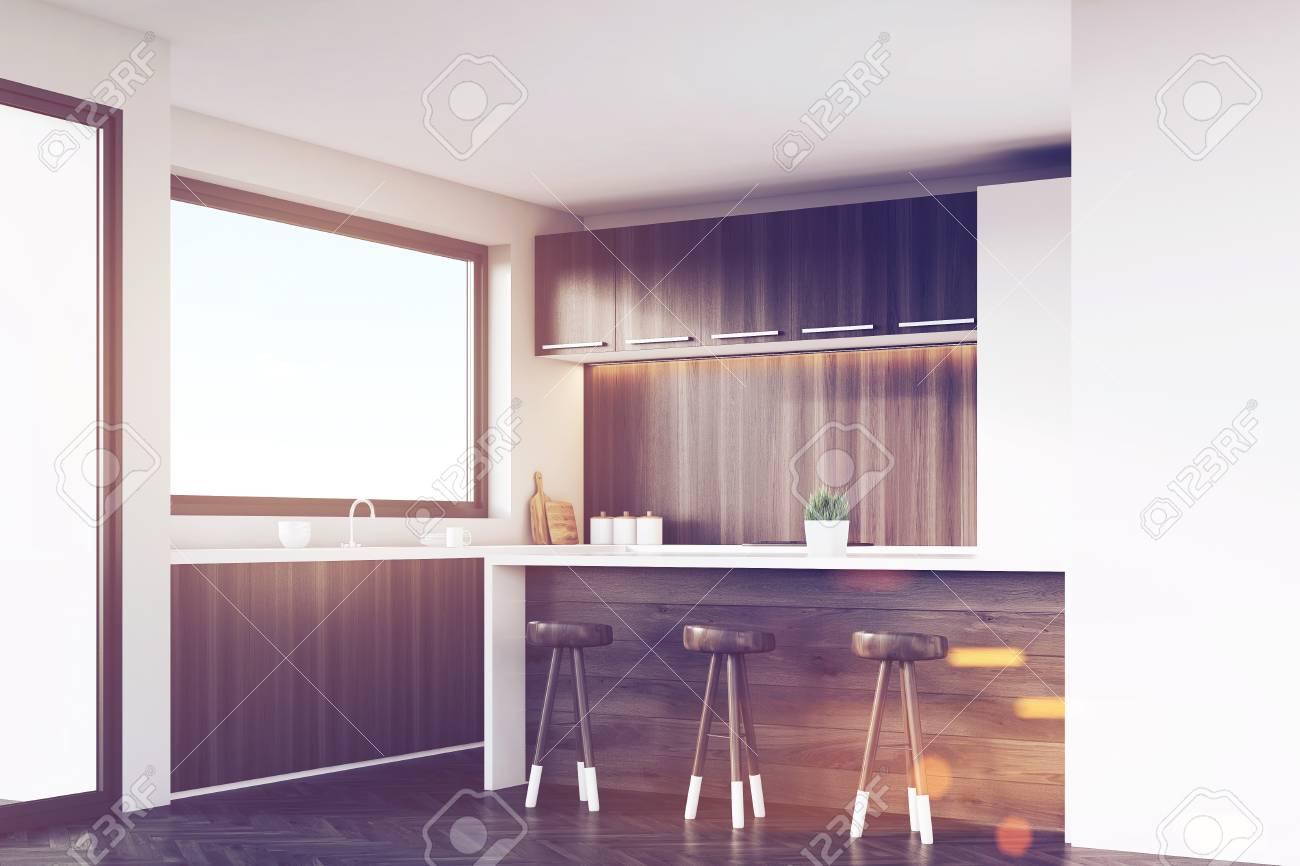 Ecke Einer Küche Mit Dunklen Holzmöbeln, Weißen Schränken, Einer ...