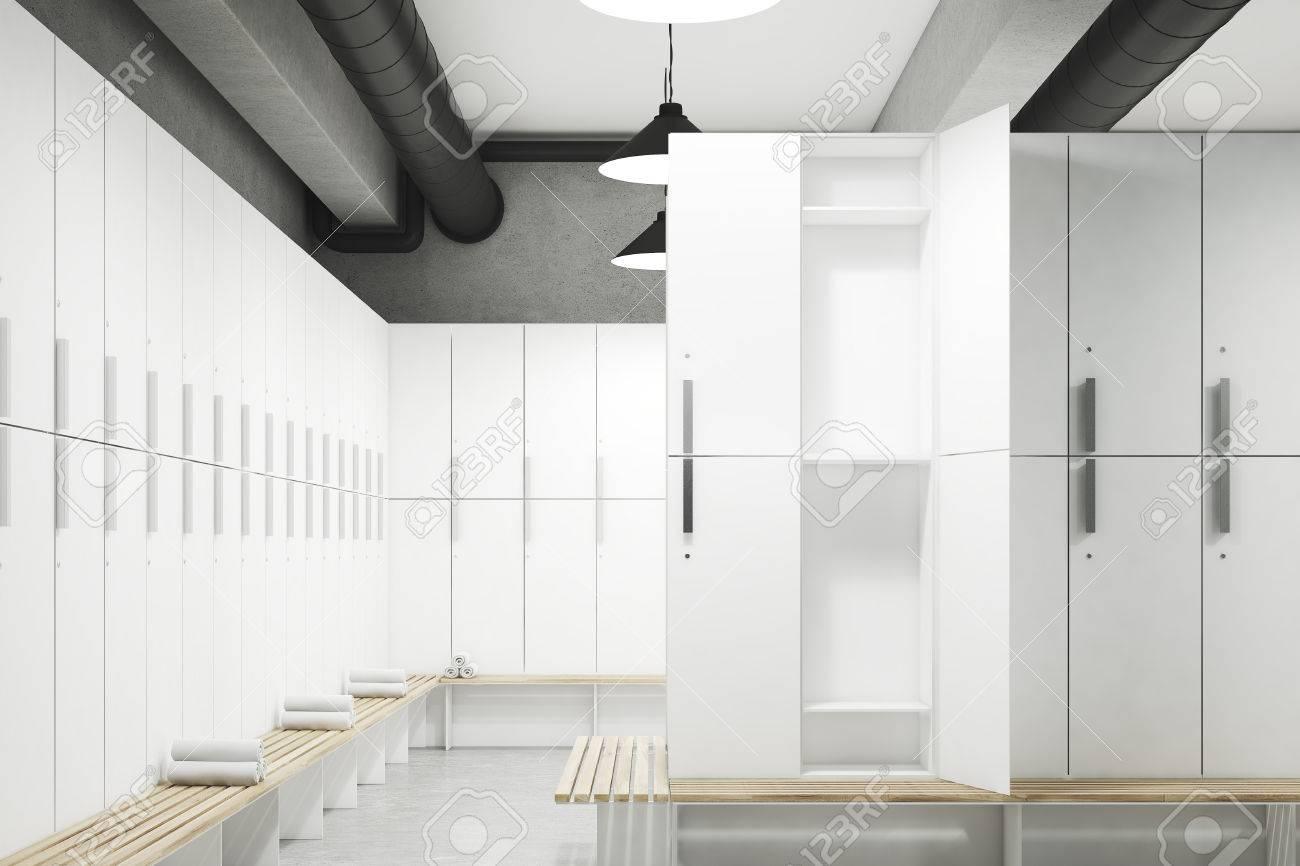 Vestiaire avec des murs gris, une rangée de casiers de rangement en bois  près du mur et un banc avec des serviettes enroulées. Rendu 3D. Maquette.