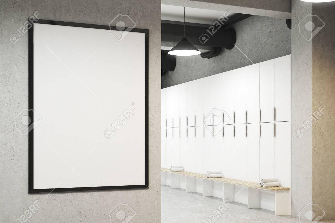 Vestiaire Avec Affiche Encadrée Sur Un Mur Gris Clair, Une Rangée De ...