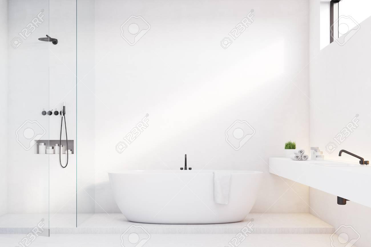 Interno bagno di lusso con pareti bianche e una doccia c è un