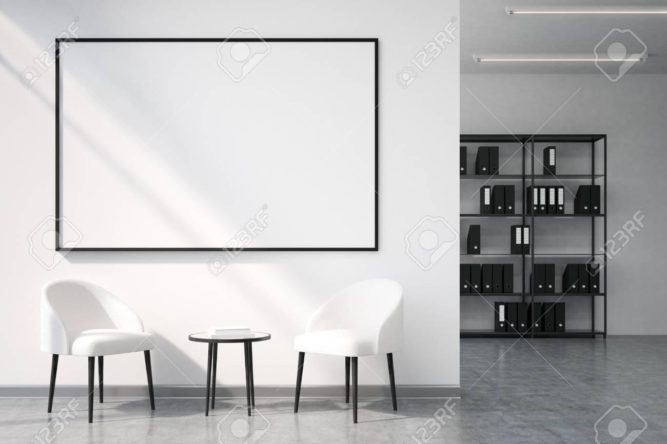 Zone de loisirs de bureau avec un tableau blanc suspendu à un mur