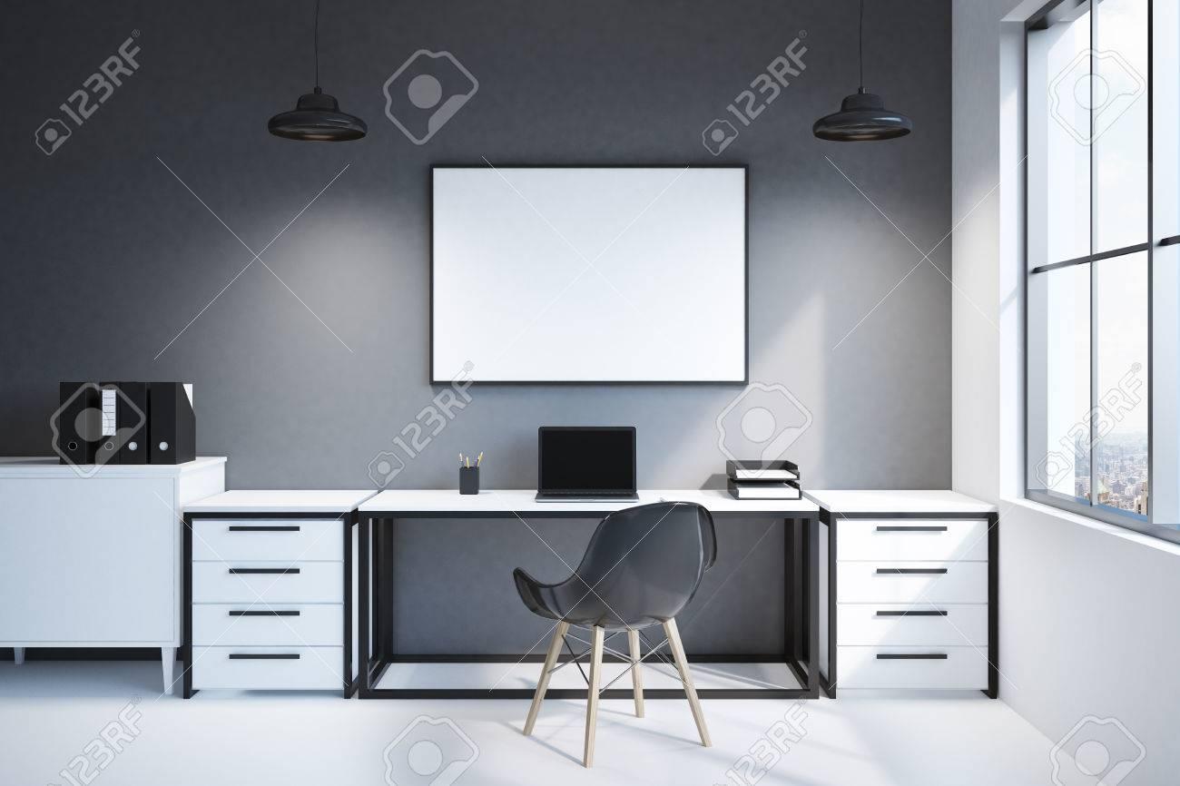 Scrivania Ufficio In Casa : Vista frontale di un moderno posto di lavoro a casa o in un