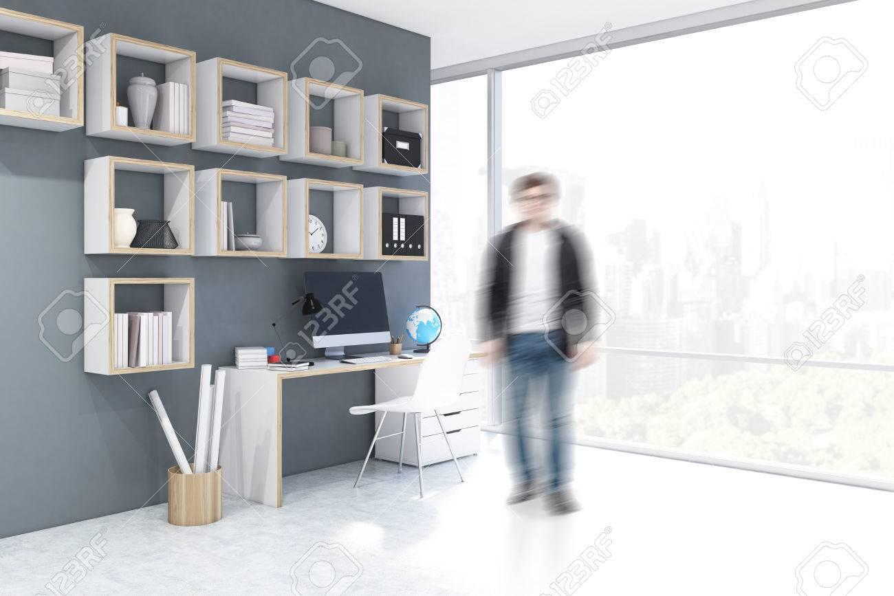 Homme debout près d un bureau avec ordinateur dans un bureau à la
