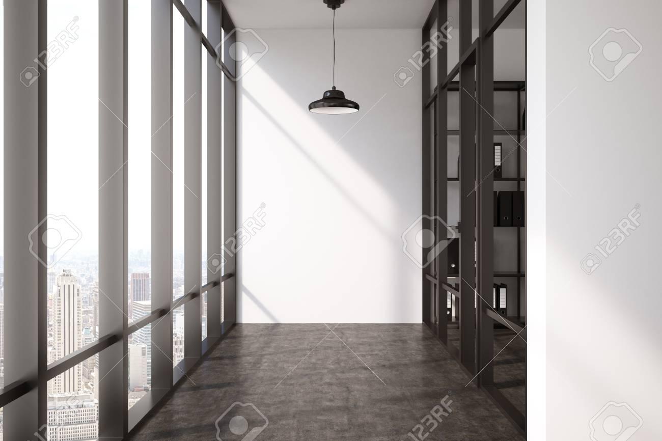 Couloir vide avec sol noir fenêtre panoramique et un bureau vitré