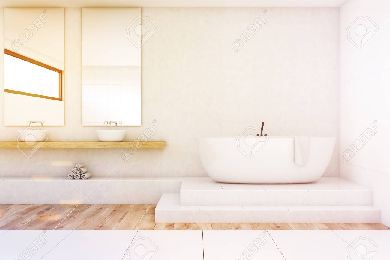 Interior De Un Cuarto De Baño Con Dos Espejos Verticales Que Cuelgan ...