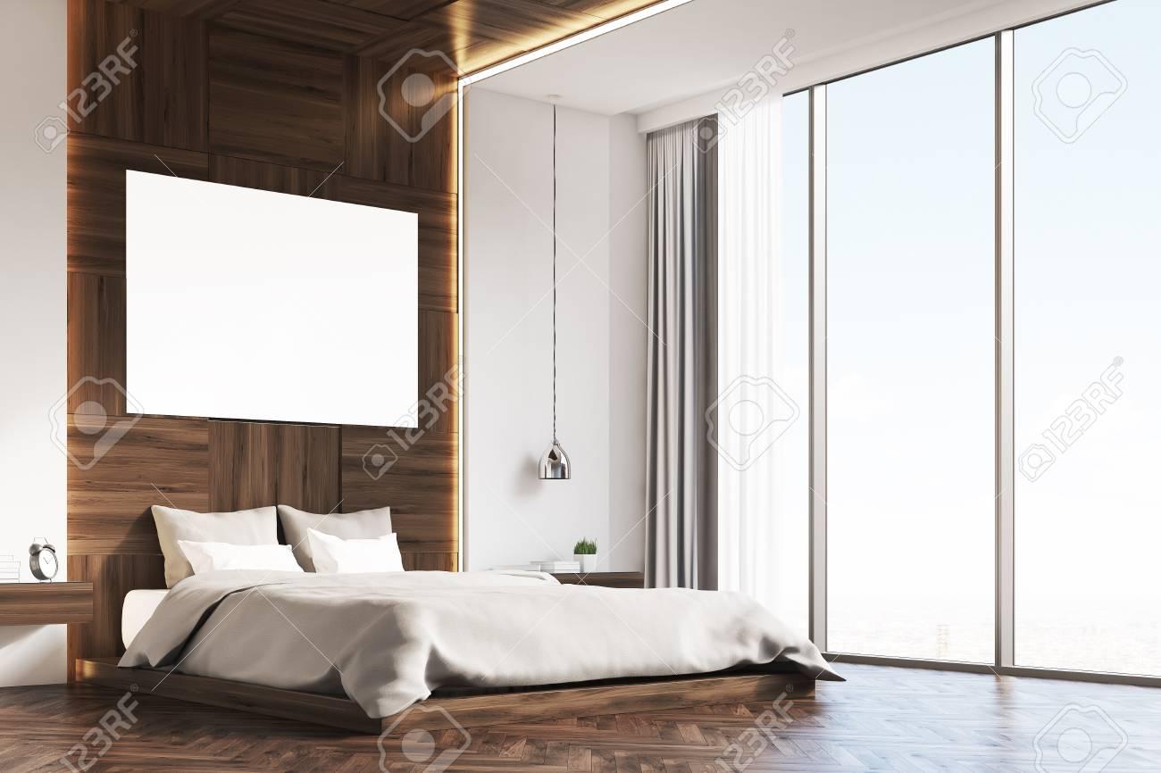 Angolo di un interiore camera da letto con pareti in legno e un poster su  di loro. C\'è un grande letto, una lampada e due comodini. Rendering 3d. ...