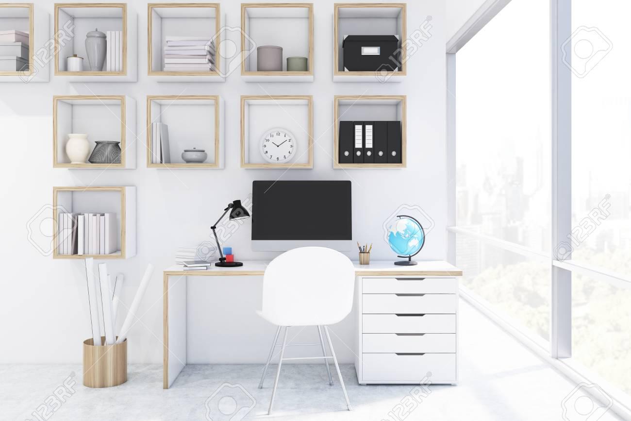 Bureau avec ordinateur dans un bureau à la maison avec des