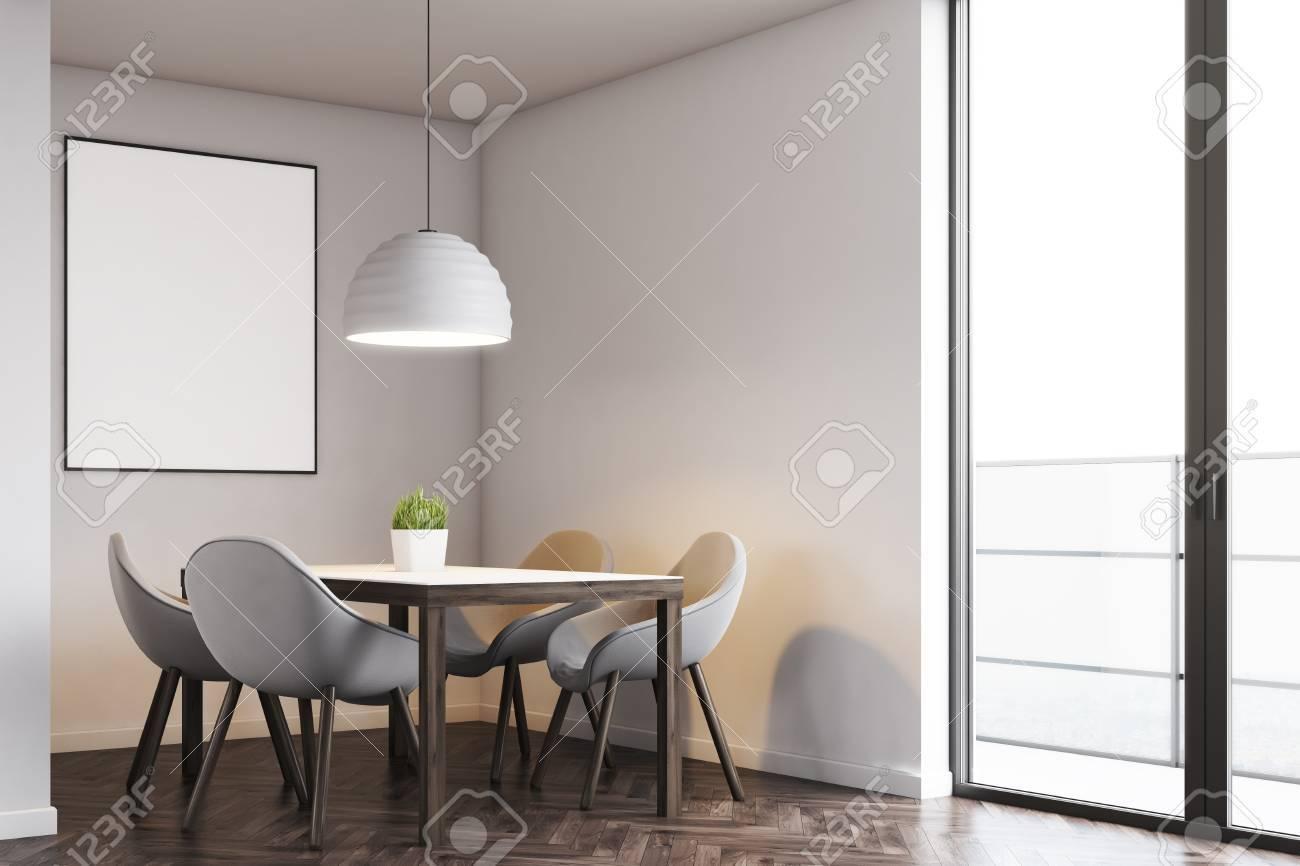 Tavolo Da Cucina E Quattro Sedie Sono In Piedi Vicino A Una Porta ...