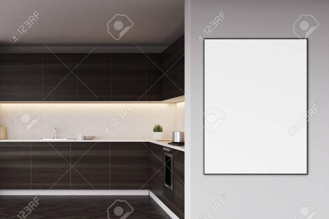 Dunkle Hölzerne Küche Küchenarbeitsplatten Mit Einem Poster. Konzept ...