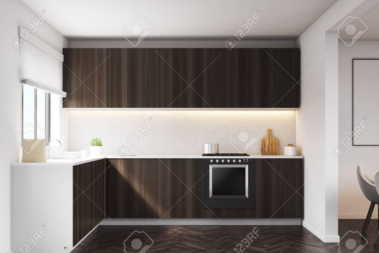 Kuchentheke Aus Dunklem Holz Und Eingebautem Ofen Grosses Fenster In