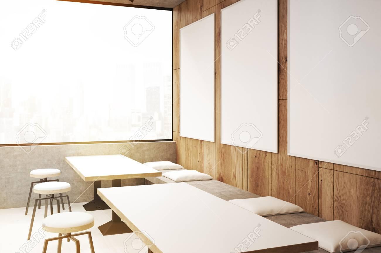 Angolo di un interno caffè con sgabelli in piedi vicino a lunghe