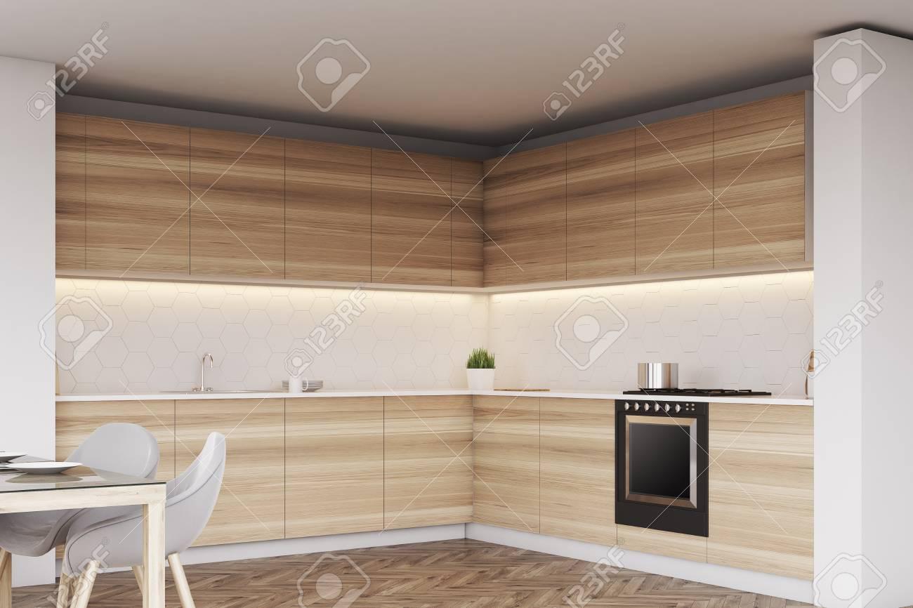 Esquina De Una Cocina De Madera Con Encimeras, Horno Y Una Mesa Con ...