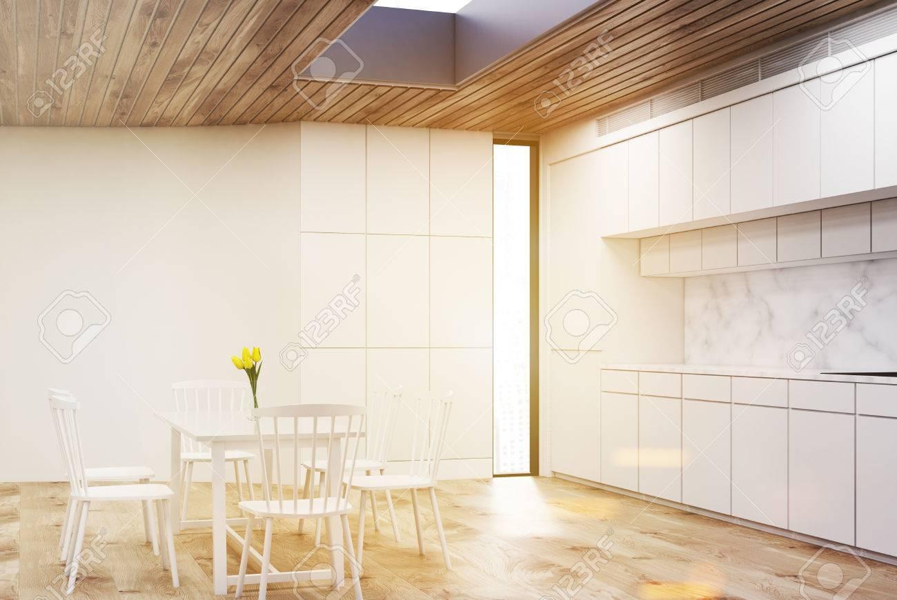 Blanco Interior De La Cocina Con Una Mesa Redonda Y Cuatro Sillas ...
