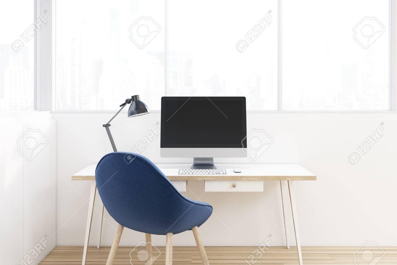 Lieu de travail avec une chaise bleue un bureau en bois et un