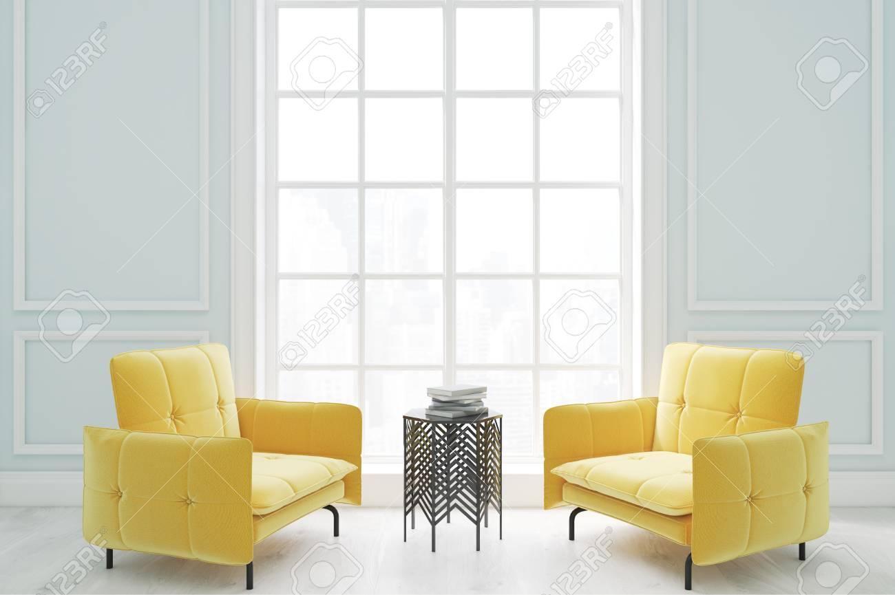 Due poltrone ellow e un tavolino da caffè sono in piedi in un soggiorno con  una grande finestra. Rendering 3D.