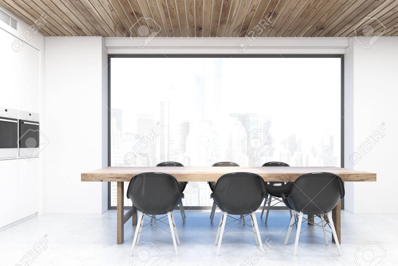 Tavolo Da Cucina In Piedi Di Fronte A Una Grande Finestra Con Vista ...