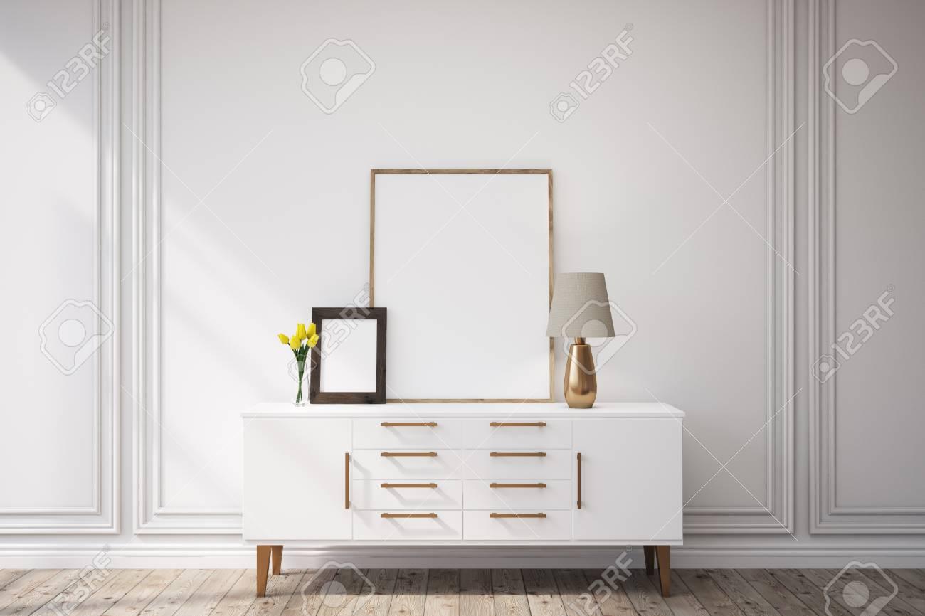 Schrank Mit Zwei Bildern Mit Rahmen Und Einer Lampe Steht In Einem ...