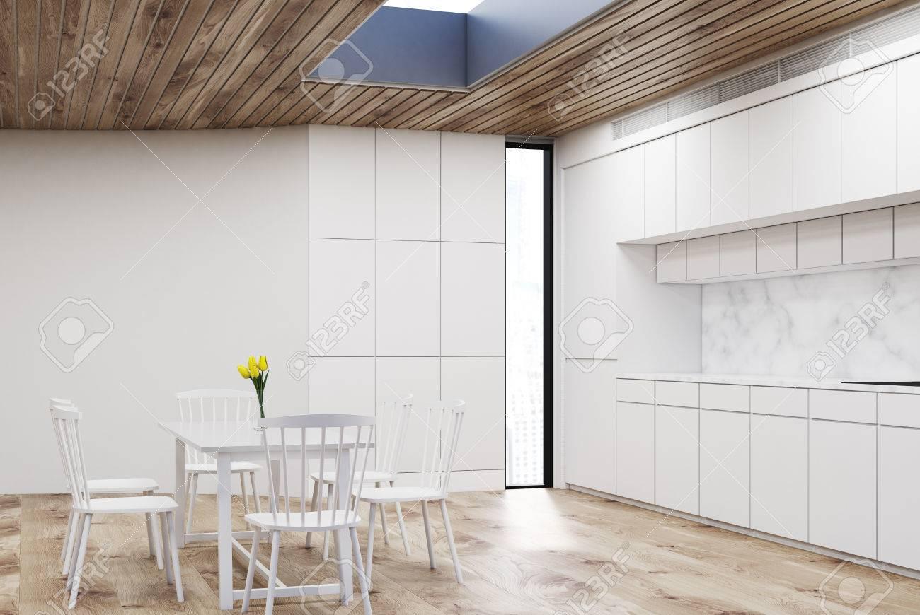 Weißer Kücheninnenraum Mit Einem Rundtisch Und Vier Stühlen. Es Gibt ...