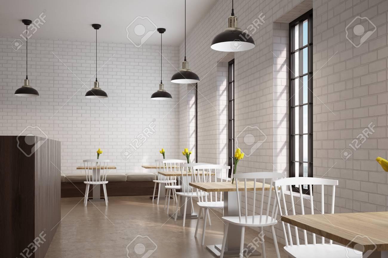 Sedie Bianche E Legno : Vista laterale di un caffè con tavoli quadrati di legno con fiori su