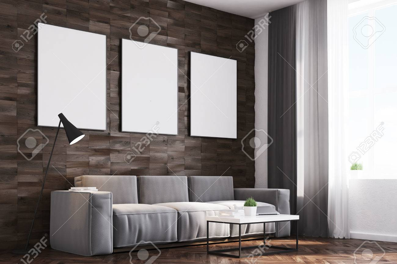 Gerahmte Bilder Wohnzimmer ~ Seitenansicht eines wohnzimmers mit dunklen holzwänden ein langes