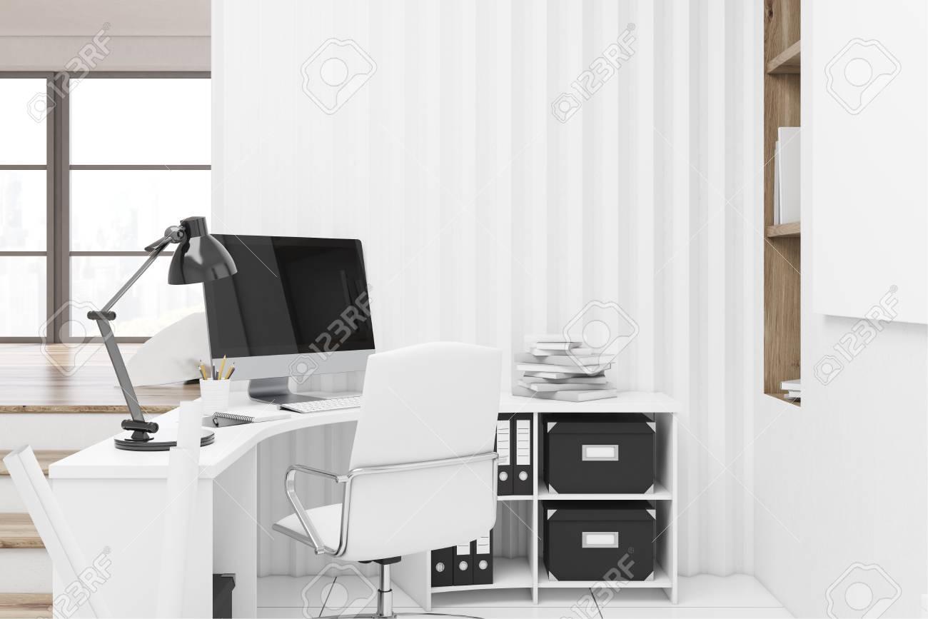 Intérieur de bureau à la maison avec un ordinateur debout sur un