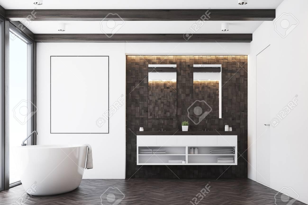 Vorderansicht Eines Badezimmers Mit Dunklen Fliesen Zwei Spiegeln - Weiße große fliesen