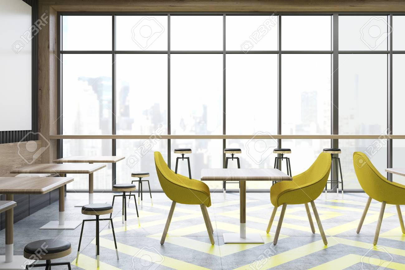 Interno del caffè con finestre panoramiche tavoli quadrati in legno