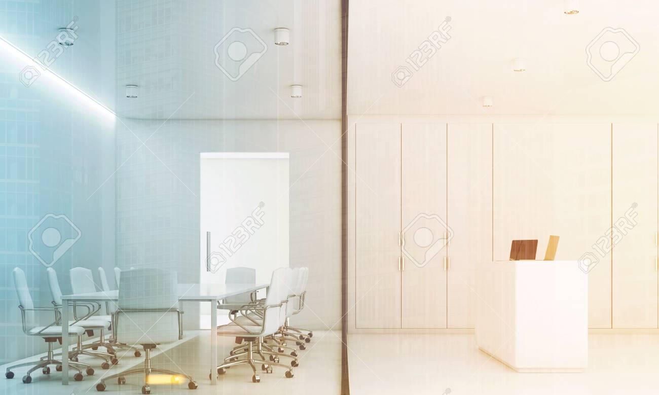 Immagini stock la sala riunioni bianca con un lungo tavolo con
