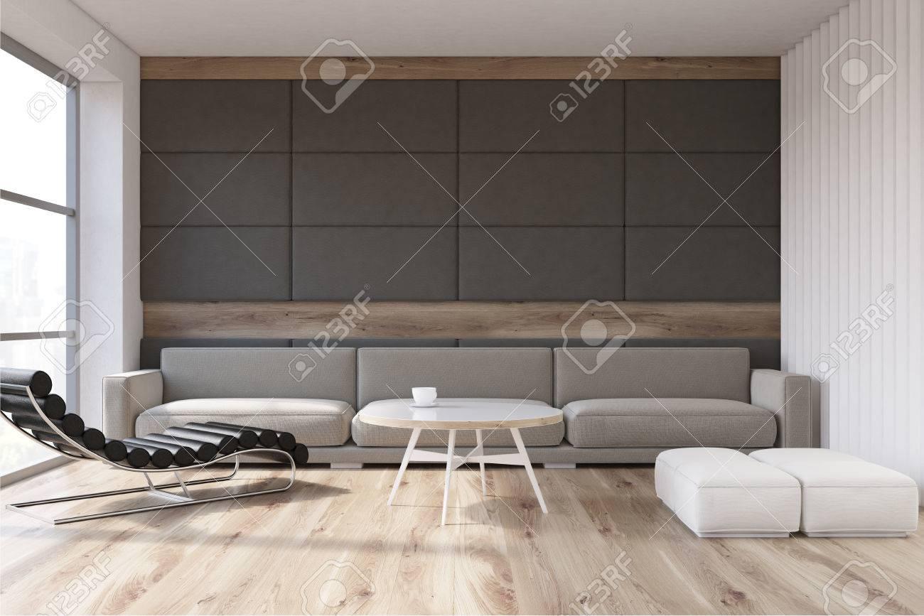 Salon Avec Un Canapé Gris Debout Près D\'un Mur Gris, Une Table Basse ...