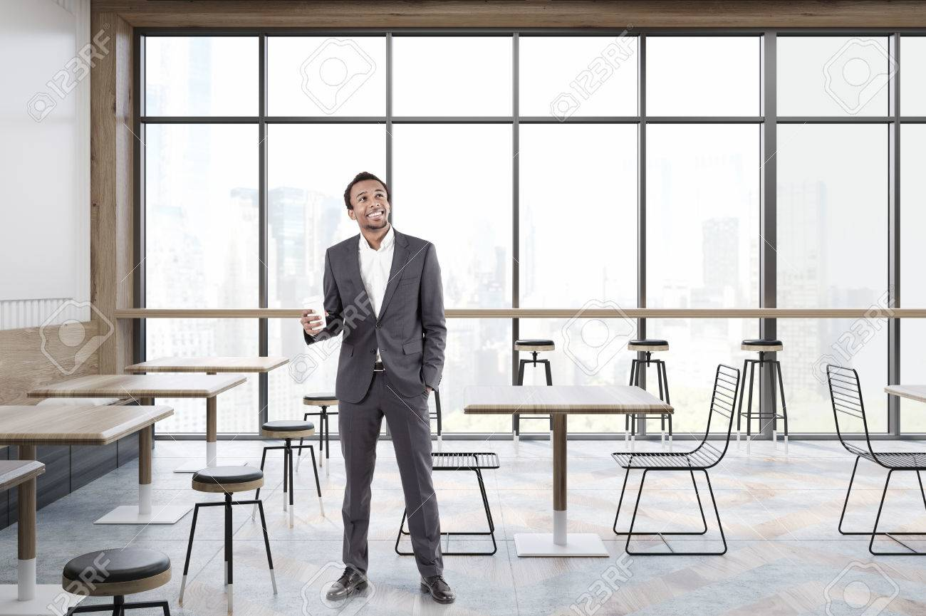 Tavolo E Sedie Trasparenti.Immagini Stock Uomo Afroamericano In Un Caffe Con Finestre