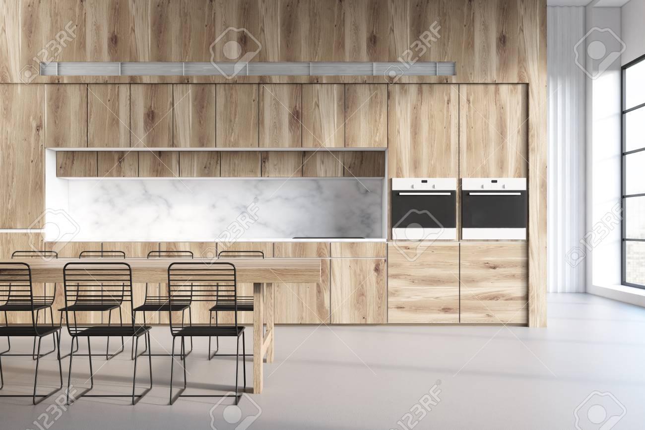 Interior De Cocina De Madera Con Una Mesa, Tres Sillas Y Encimeras ...