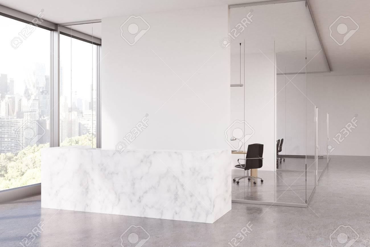 Intérieur de bureau en verre avec un comptoir de réception en