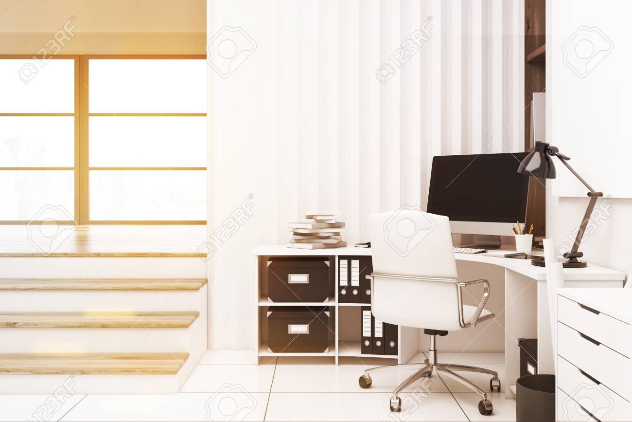 Intérieur de bureau à domicile avec un ordinateur placé sur un