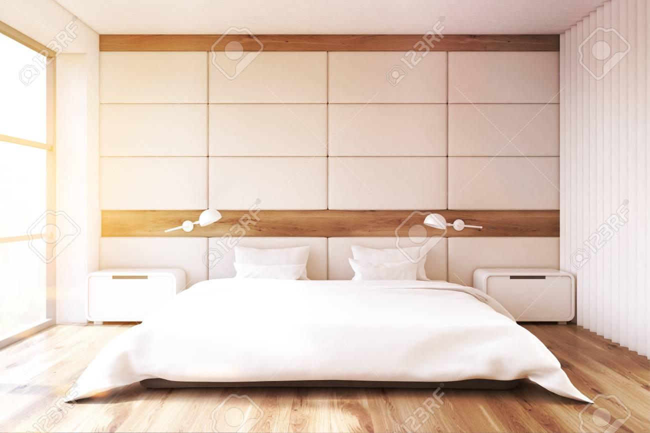 Minimalistisches Schlafzimmer Interieur Mit Einer Weißen Wand, Ein Großes  Fenster, Ein Doppelbett Mit Weißen