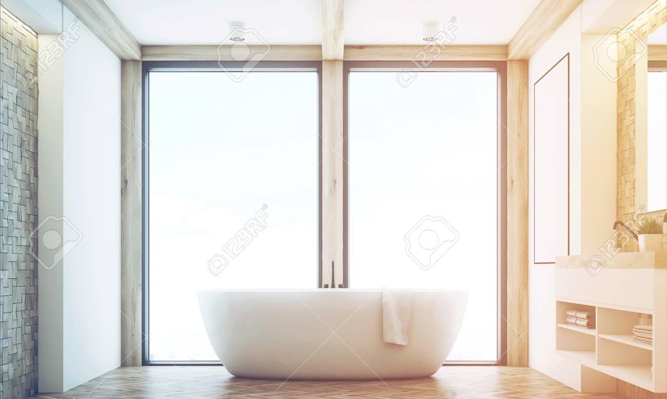 Vue De Face D\'une Salle De Bain Avec Des Carreaux De Lumière, Un ...