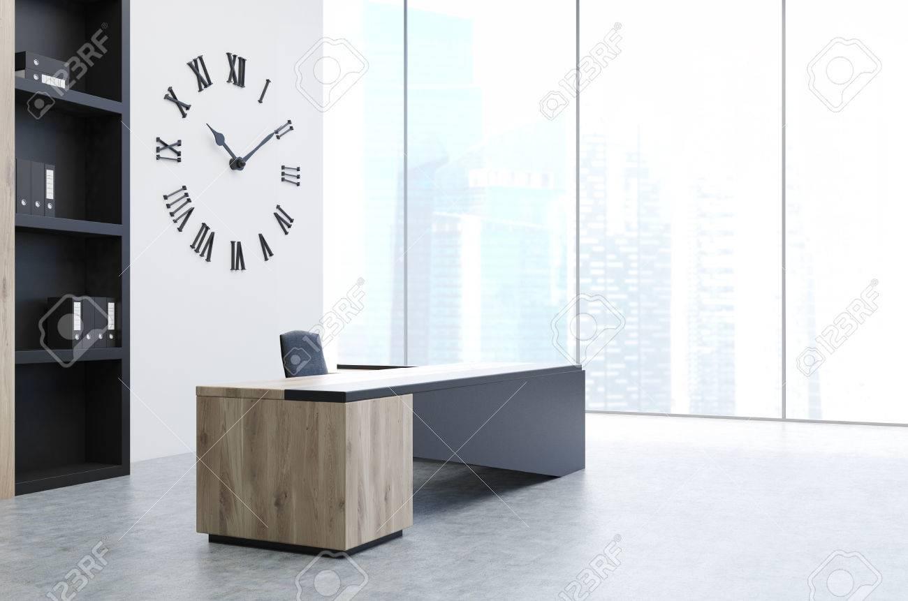 Vue latérale d un bureau de bureau principal avec un bureau noir