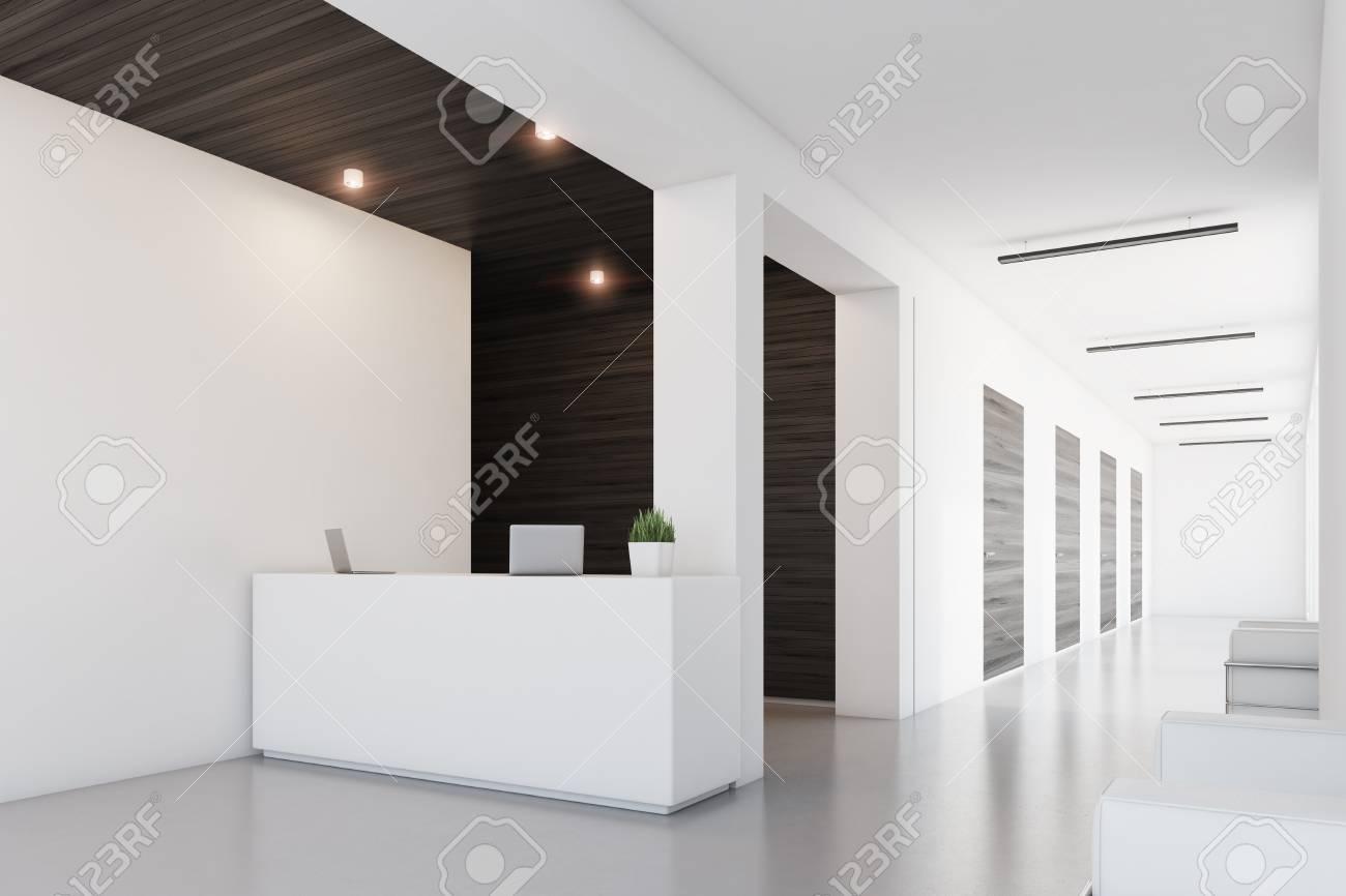Vue latérale d une réception debout dans un bureau avec des