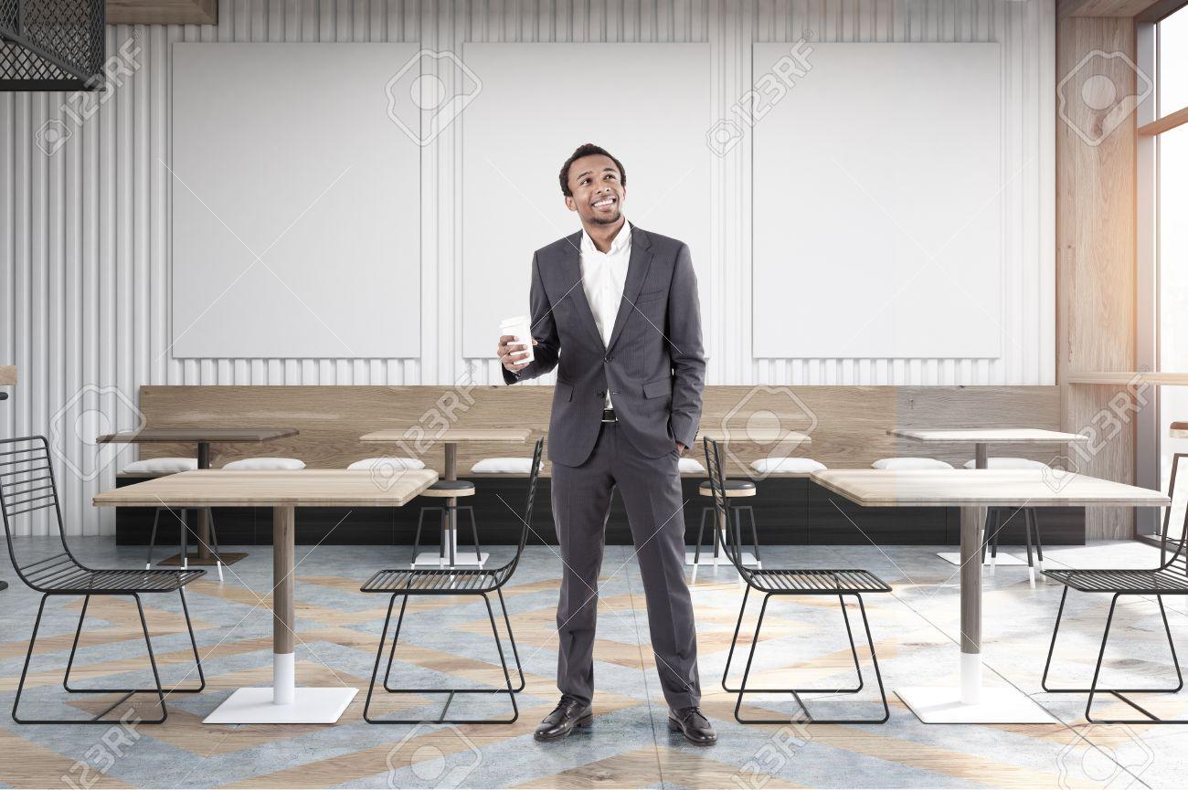 Tavolo E Sedie Trasparenti.Immagini Stock African American Uomo In Un Caffe Con Tavoli