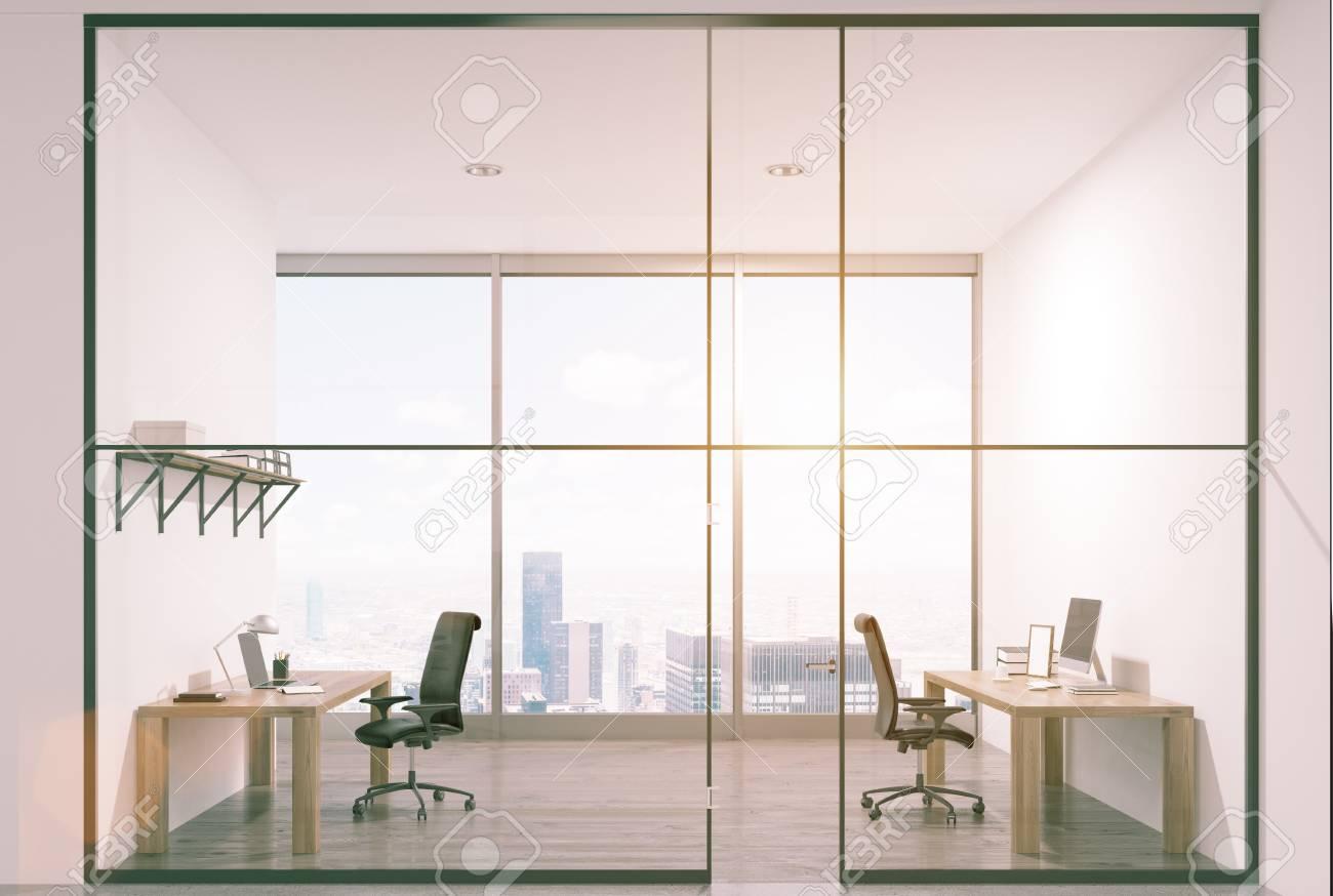 Intérieur de bureau de luxe avec deux tables debout près des murs