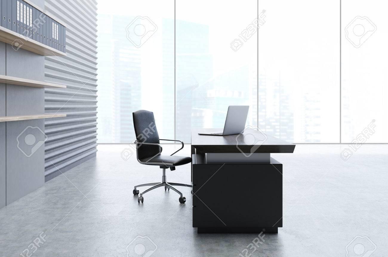 Intérieur de bureau avec un mur gris étagères en bois avec des