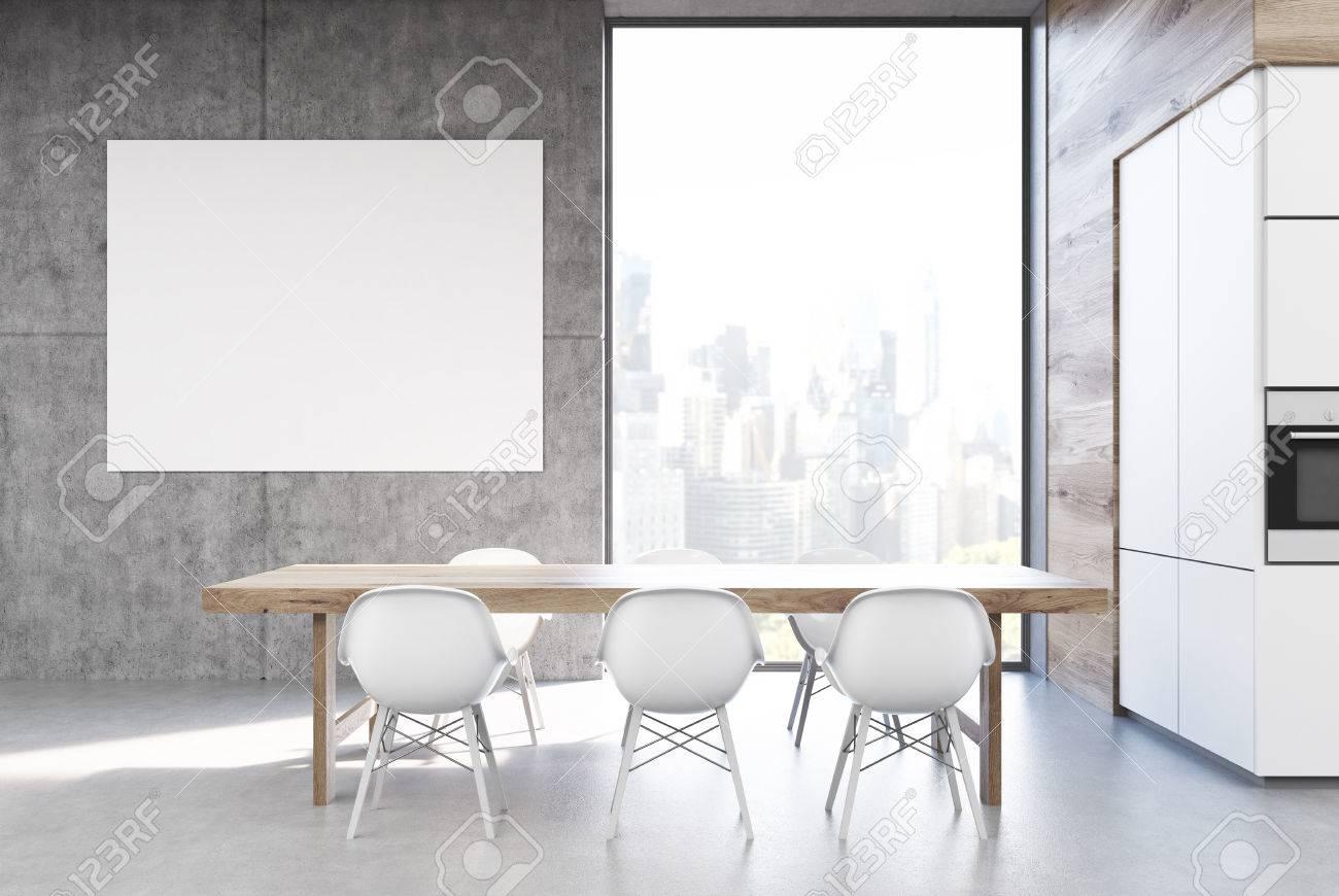 Lunga tavola da cucina in legno è in piedi circondato da sedie bianche  vicino a un muro grigio con un poster e una finestra alta. Rendering 3D,  mock ...