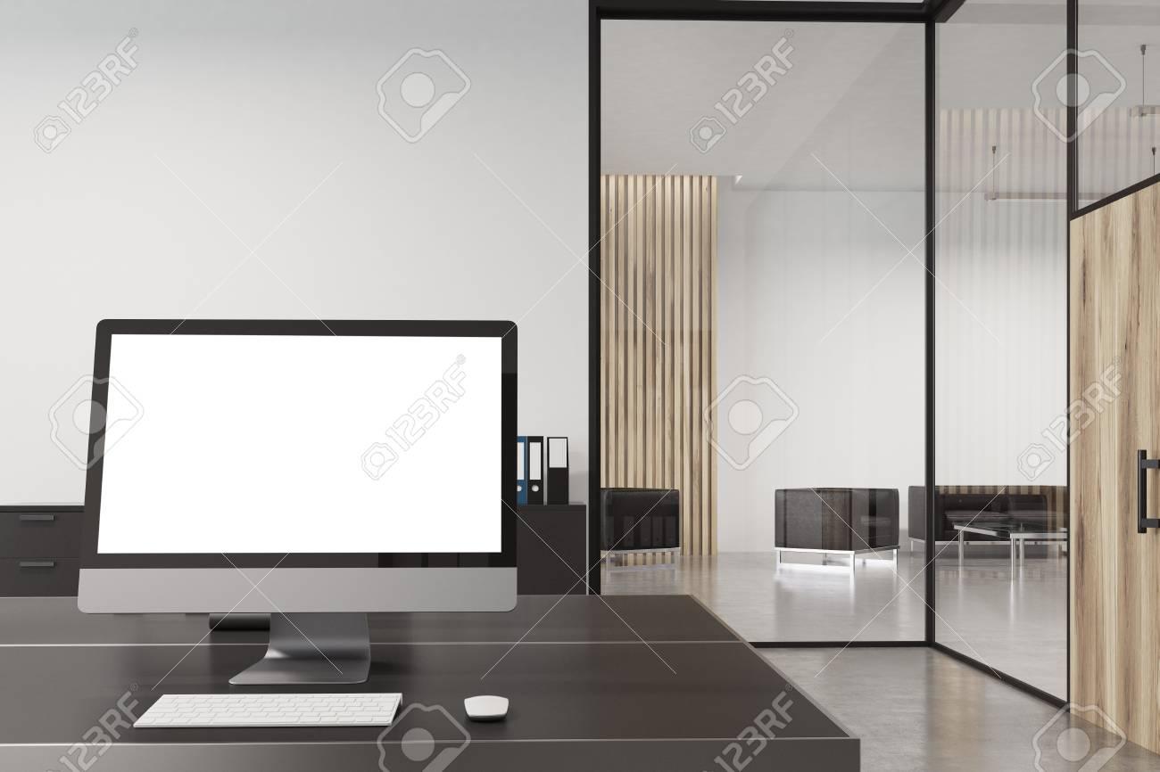 Gros plan dun écran dordinateur debout sur un bureau noir dans un