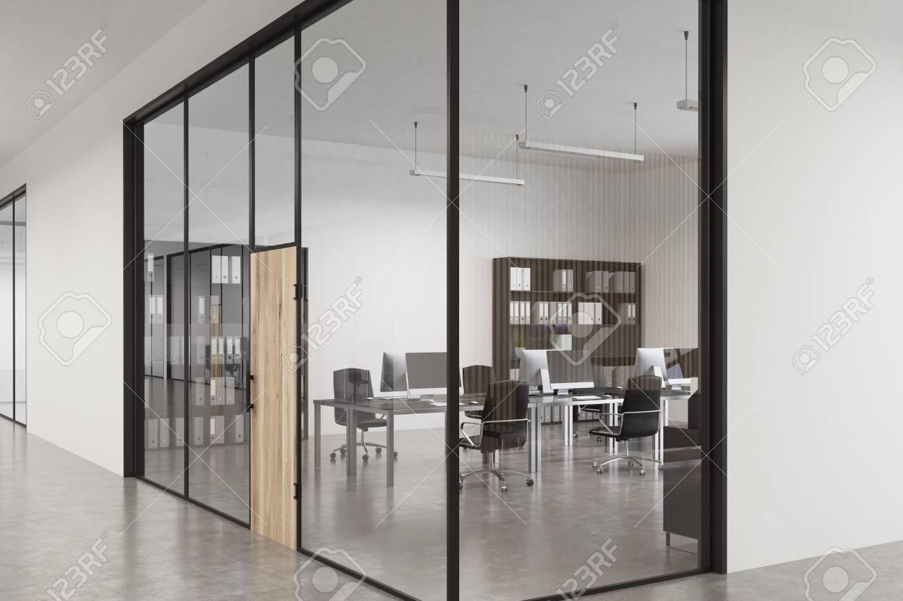 Cerca De Un Vestíbulo De La Oficina De Cristal Con Una Puerta De ...