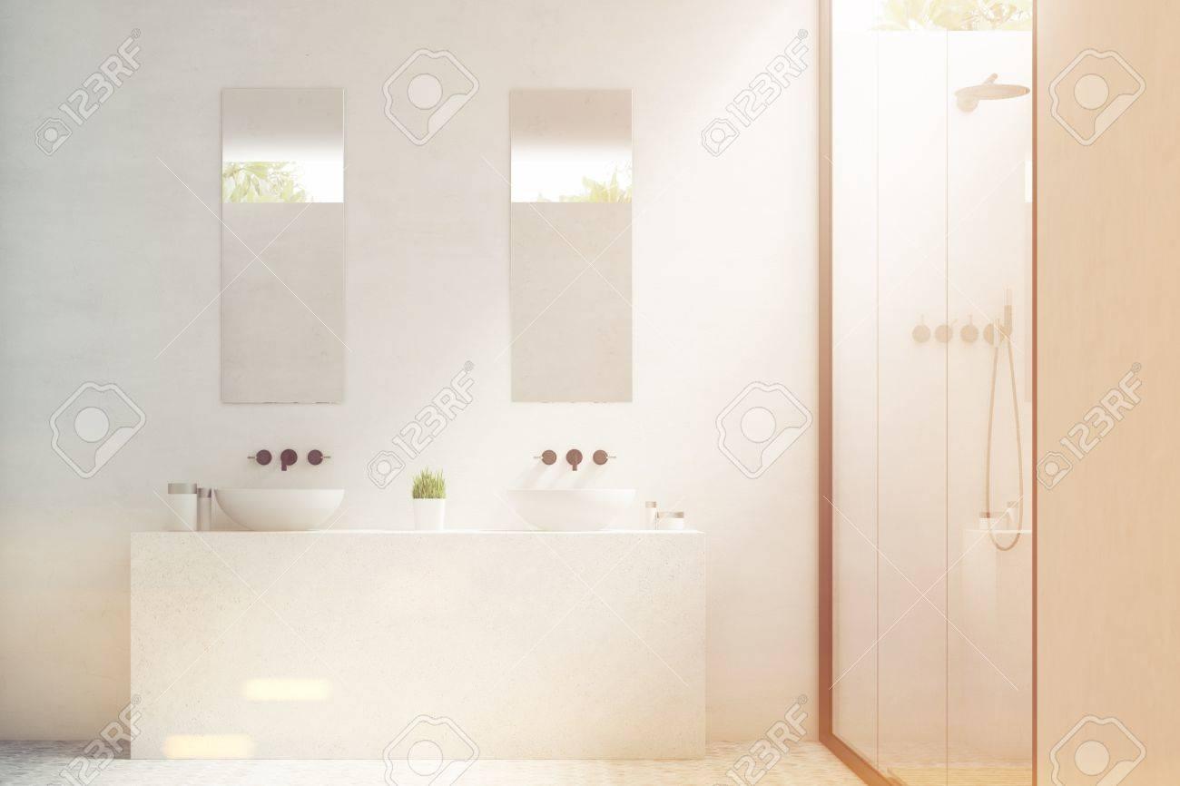 Dos Lavabos Del Cuarto De Baño Con Los Espejos Que Cuelgan Por ...