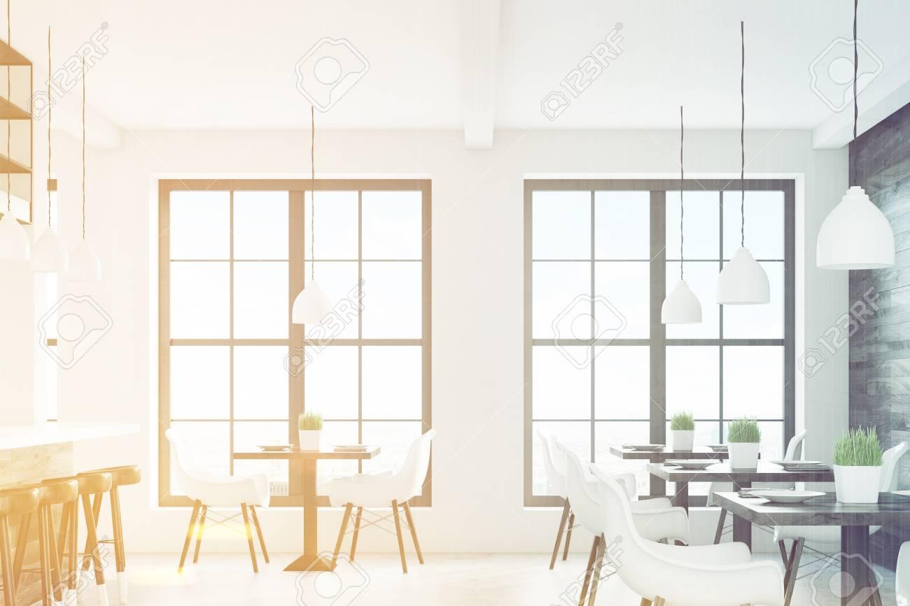 Tavolo Legno Sedie Bianche.Immagini Stock Interiore Del Caffe Con Due Finestre Tavoli
