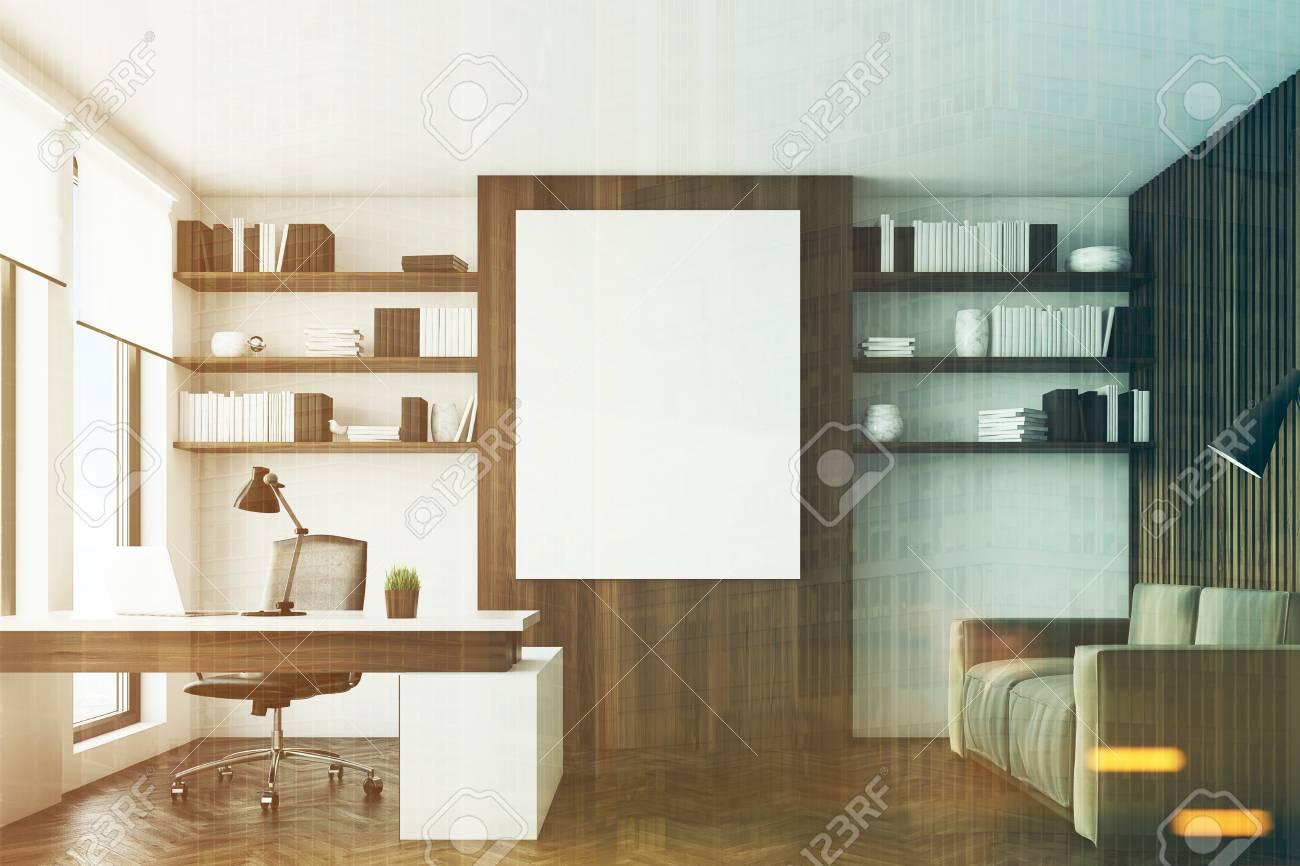 Vue de face d un bureau avec des murs en bois sombre un bureau