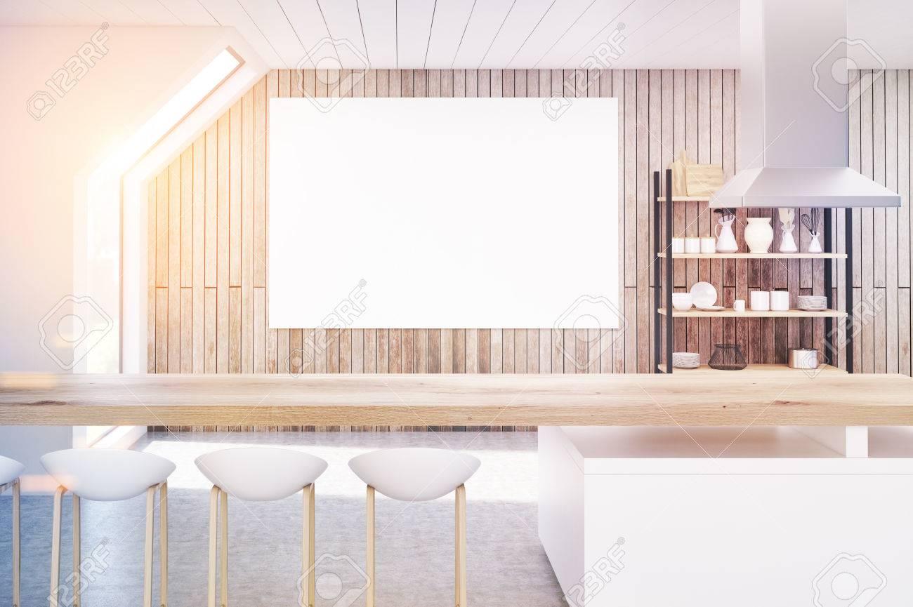 Innenraum Einer Küche Mit Holzwänden Im Dachgeschoss. Es Gibt Einen Langen  Tisch, Stühle Und