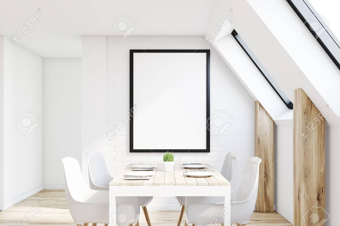 Vista De Una Cocina Del ático Con Paredes Blancas, Una Mesa De ...