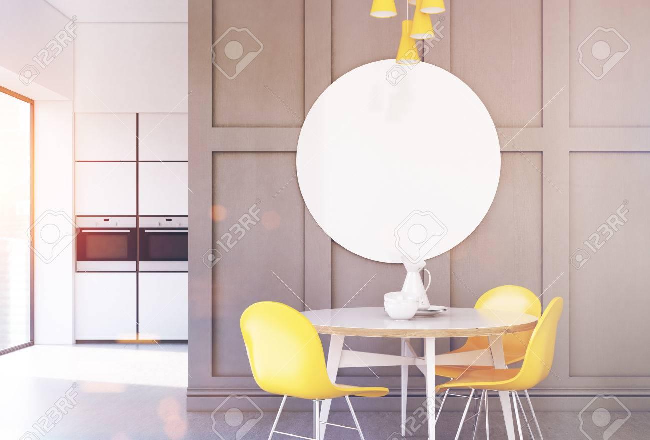 Interior Minimalista De Cocina Gris Con Una Pequena Mesa Redonda